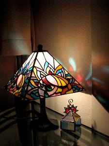 ステンドグラスのランプシェードと小物入れ それぞれの太陽